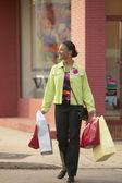 Cruzando la calle mujer con bolsas de compras — Foto de Stock