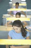 Mujeres jóvenes estudiando en la biblioteca — Foto de Stock