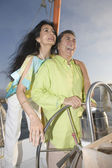 Couple enjoying a sailboat cruise — Stock Photo