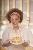 非洲女性持有一个蛋糕 — 图库照片