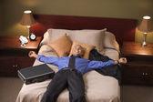 χαλαρωτικό επιχειρηματίας στο δωμάτιο του ξενοδοχείου — Φωτογραφία Αρχείου