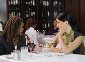 Zwei Frauen reden am Tisch im restaurant — Stockfoto