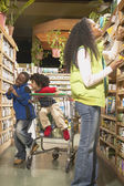 African American mother with young sons in health food store — Φωτογραφία Αρχείου