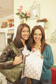Dwóch kobiet zakupy w butiku — Zdjęcie stockowe