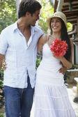 Zuid-amerikaanse echtpaar glimlachen bij elkaar — Stockfoto