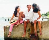Jovem e mulheres relaxantes perto da costa — Foto Stock