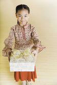 Retrato de menina das ilhas do pacífico, segurando o presente — Foto Stock