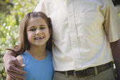 Abuelo a nieta joven abrazando al aire libre — Foto de Stock