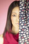 Retrato de mulher por trás da cortina — Fotografia Stock