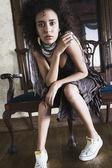 Gemengd ras vrouw zitten op stoel — Stockfoto