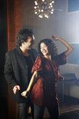 ヒスパニックのカップルのナイトクラブでダンス — ストック写真