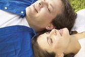 Par om gräset tillsammans — Stockfoto