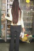 Dondurucu bölümünde süpermarkette arayan kadın — Stok fotoğraf