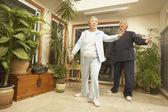 Senior pareja asiática haciendo tai chi en el interior — Foto de Stock