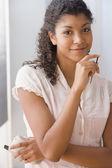 African american kobieta trzyma elektronicznej organizatora — Zdjęcie stockowe