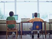 コンピューターの前に座っている 2 人の男の子の背面図 — ストック写真