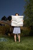 在前面的袍子阅读报纸的人围场 — 图库照片