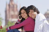 Couple hispanique parler sur téléphone portable — Photo