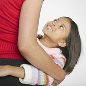 Spansktalande tjej leende upp på mor — Stockfoto