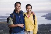 Retrato de casal caminhadas com vale por trás deles — Fotografia Stock