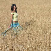 Young woman strolling in field — Stock Photo