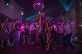 Człowiek z przedłużanie włosów tańca w klubie nocnym — Zdjęcie stockowe