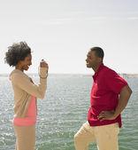 Afrikalı kadın afrikalı adamın yanında su alarak fotoğrafı — Stok fotoğraf