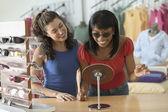 Dos mujeres de compras para las gafas de sol — Foto de Stock