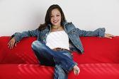 Jonge vrouw ontspannen op Bank — Stockfoto