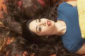 молодая индийская женщина, лежа на полу с волосами fanned — Стоковое фото