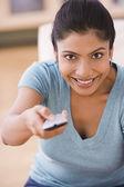 Mujer india cambiar canales con control remoto — Foto de Stock