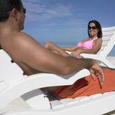 Casal hispânico, sorrindo para o outro na praia — Fotografia Stock