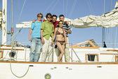 портрет многонационального друзей на яхте — Стоковое фото