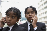 Erkek öğrencilerin cep telefonlarını konuşuyor — Stok fotoğraf