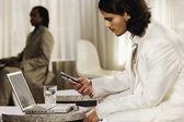 Bliskiego wschodu biznesmen wybierania na telefon komórkowy — Zdjęcie stockowe