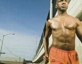 мыжского спортсмена, работает в городской местности — Стоковое фото