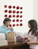 Kobieta kupno przędzy przędzy sklep — Zdjęcie stockowe