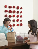 Uložení žena nákup příze v příze — Stock fotografie