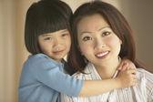 Azjatycki matki i córki, przytulanie i uśmiechając się — Zdjęcie stockowe