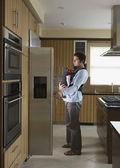 Hiszpanin ojciec i dziecko szuka w lodówce — Zdjęcie stockowe