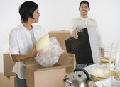 Hispanic couple packing moving boxes — Stock Photo