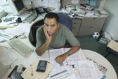 Portret van zakenman aan het bureau — Stockfoto