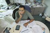 Porträtt av affärsman på skrivbord — Stockfoto