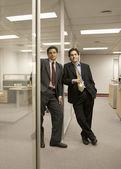 Retrato de empresarios hispanos apoyado en la pared de cristal — Foto de Stock