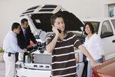 Familia hispana en el concesionario de coches — Foto de Stock