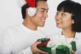 Aziatische paar uitwisselen van kerstcadeaus — Stockfoto