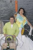 Paar genießen ihre segelboot — Stockfoto