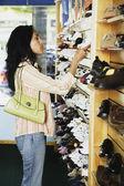 Hispanic woman at shoe store — Stock Photo
