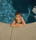 西班牙裔男孩在游泳池的肖像 — 图库照片