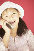 在移动电话上说女孩 — 图库照片